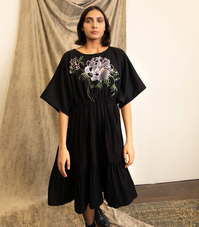 Robe avec maxi broderie fleurs a la main fibre de soja vegan